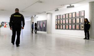 Guardias de seguridad en un museo