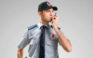 Guardia de seguridad hablando por radio